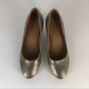 GROOVE Rosario Gold Distressed High Heel Pumps